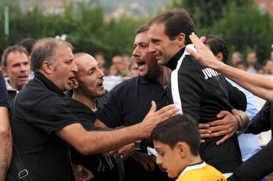Massimiliano Allegri con i tifosi della Juventus (Infophoto)