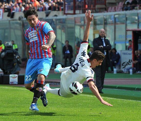 Pablo Alvarez contro Danilo Avelar (Infophoto)