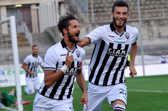 Luca Antonini, 33 anni, esulta dopo un gol dell'Ascoli (INFOPHOTO)