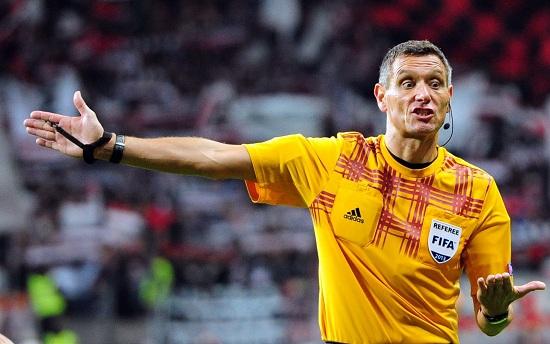 Un arbitro di calcio (Foto: Infophoto)