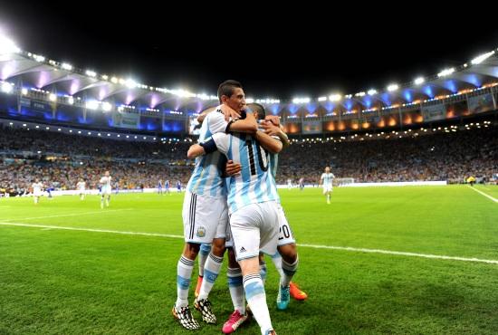 L'Argentina festeggia la vittoria sulla Bosnia (Infophoto)