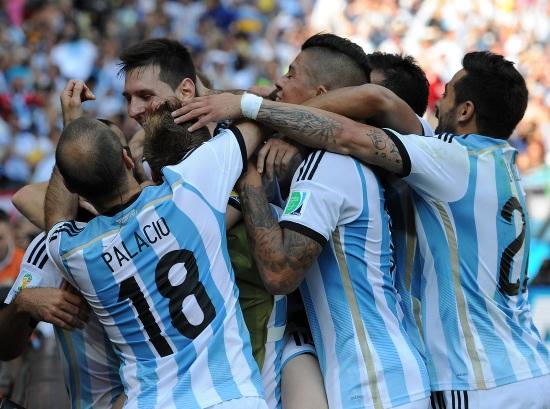 L'Argentina festeggia un gol: punteggio pieno nel girone (Infophoto)