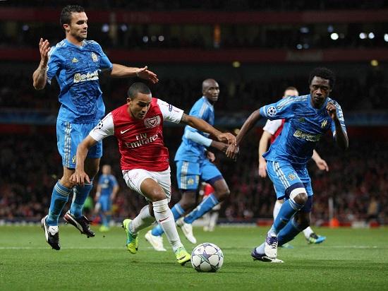 Theo Walcott in un precedente tra le due squadre (Infophoto)