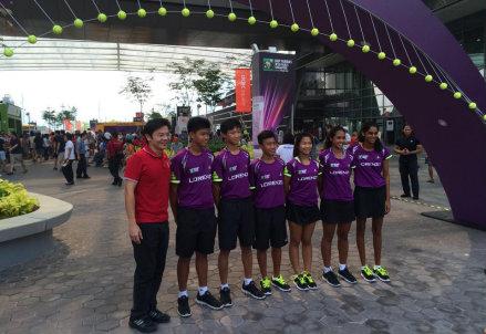 Il ministro della cultura Lawrence Wong con i raccattapalle del torneo