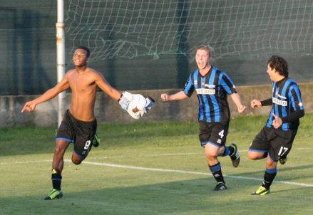 Faisal Bangal festeggia un gol con i compagni