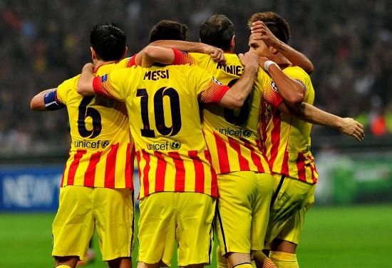 Il Barcellona con la maglia che ricorda i colori della Catalogna (Infophoto)