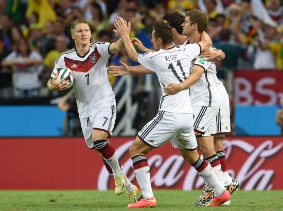 Miroslav Klose festeggia con i compagni al Mondiale (Infophoto)