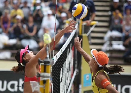 Un'azione da una partita di beach volley femminile (Infophoto)