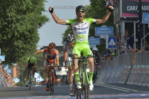 Nicola Boem sul traguardo di Forlì (da Facebook Giro d'Italia)
