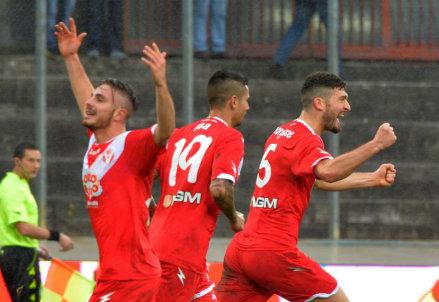Il Varese esulta per il gol di Martino Borghese contro il Vicenza