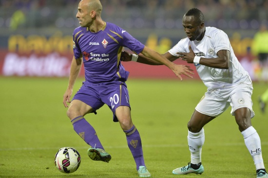 Lo spagnolo della Fiorentina Borja Valero (sinistra), 30 anni e il ghanese dell'Udinese Emmanuel Badu, 25 (INFOPHOTO)