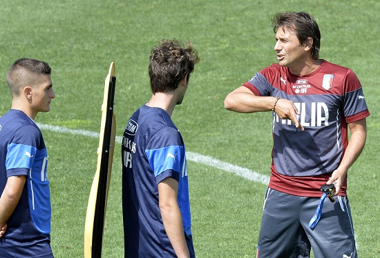 Antonio Conte dirige l'allenamento a Coverciano (Infophoto)