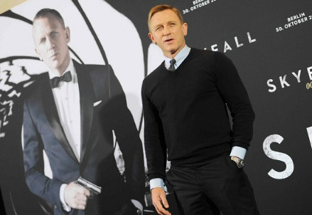 Daniel Craig by the poster for Skyfall  (Infophoto)