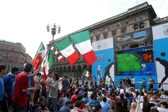 Tifosi dell'Italia in Piazza Duomo a Milano (Infophoto)