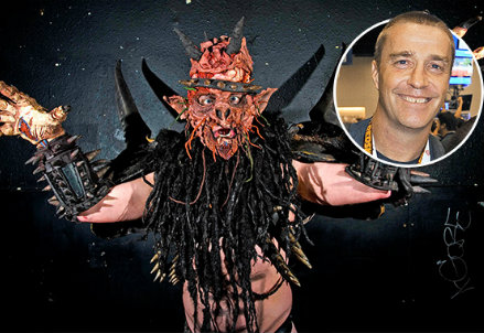 David Brockie con il costume e senza