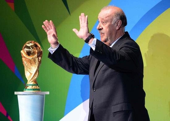 Vicente Del Bosque riconsegna la Coppa del Mondo (Infophoto)
