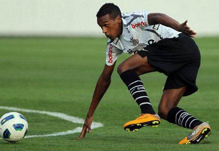 Edenilson con la maglia del Corinthians (infophoto)