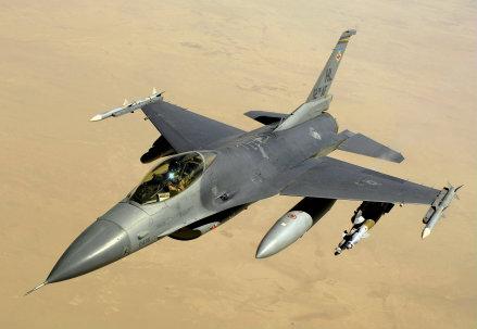 Un F 16 in una immagine di archivio