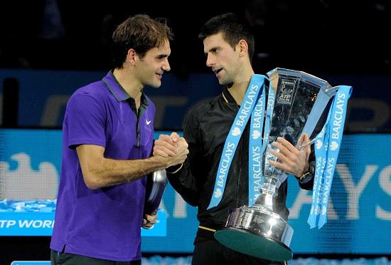 Roger Federer (33 anni) e Novak Djokovic (27) qui dopo la finale 2012 (Infophoto)