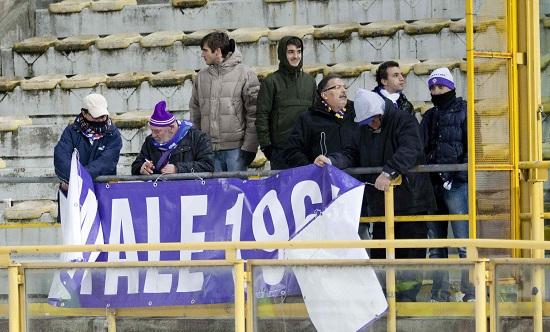 Tifosi della Fiorentina al Dall'Ara (Infophoto)