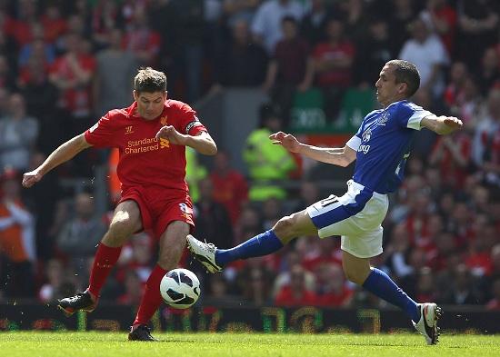 Steven Gerrard contro Leon Osman in un derby del passato (Infophoto)