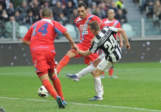 Emanuele Giaccherini segna contro il Catania lo scorso anno (Infophoto)