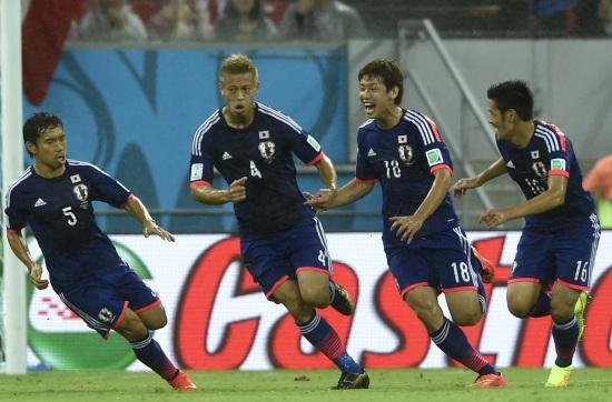 Il Giappone esulta per il gol di Honda contro la Costa d'Avorio (Infophoto)