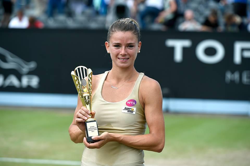 Camila Giorgi, 23 anni, con il trofeo del TopShelf Open 2015 (da facebook.com/TopShelfOpen1)