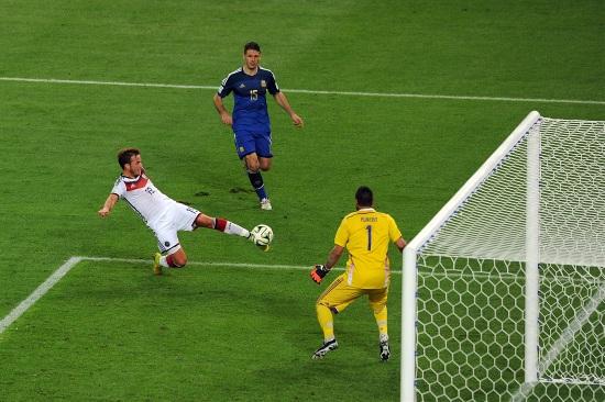 Il gol di Gotze nella finale dei Mondiali: la Germania ha spodestato la Spagna (Infophoto)
