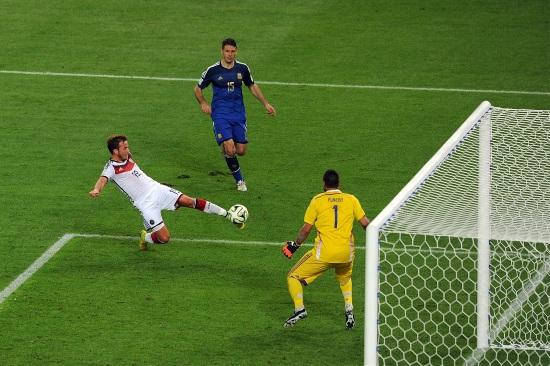 Mario Gotze segna il gol che vale la Coppa del Mondo per la Germania (Infophoto)