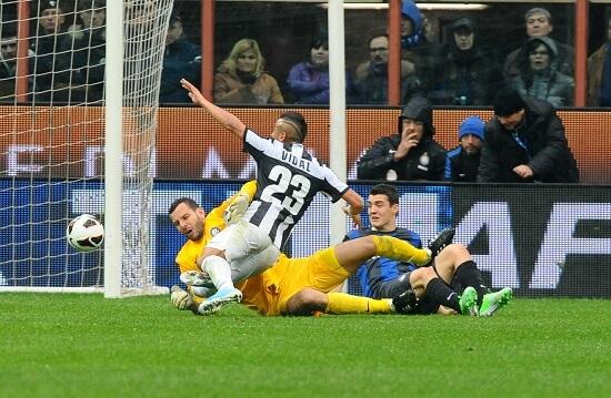 Arturo Vidal con la maglia della Juve (Foto Infophoto)