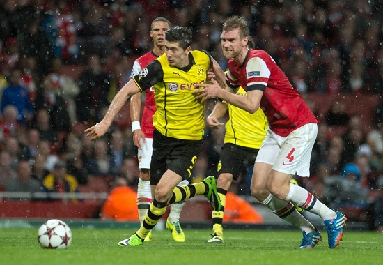 Lewandowski contro Mertesacker all'Emirates (Infophoto)