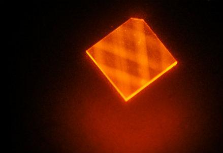 La luce laser rimbalza nel diamante sintetico (credit: H. Clevenson/MIT Lincoln Laboratory)
