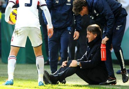 All'andata ci fu la celebre pallonata di Andreolli a Mancini (Infophoto)