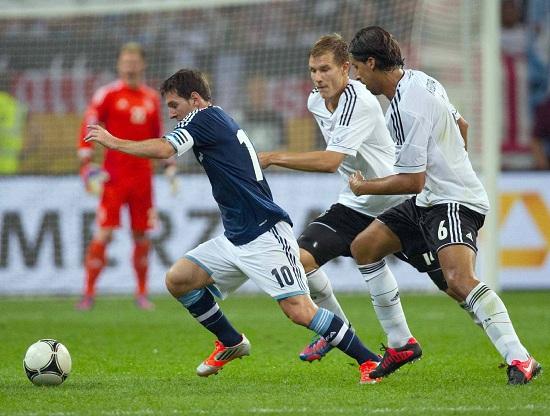 Lionel Messi braccato dalla difesa tedesca durante un'amichevole (Infophoto)