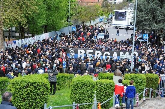 Una immagine dei funerali di Piermario Morosini (Infophoto)