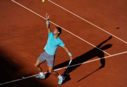 Rafa Nadal, 28 anni, al servizio al Roland Garros