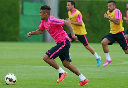 Neymar in allenamento; sullo sfondo Xavi e Dani Alves