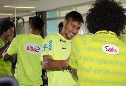 Scherzi tra Neymar e Marcelo nel ritiro del Brasile