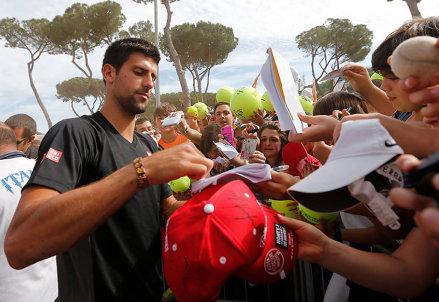 Novak Djokovic firma autografi per i fan presenti al Foro Italico