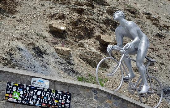 Il monumento a Octave Lapize sul Col du Tourmalet (Infophoto)