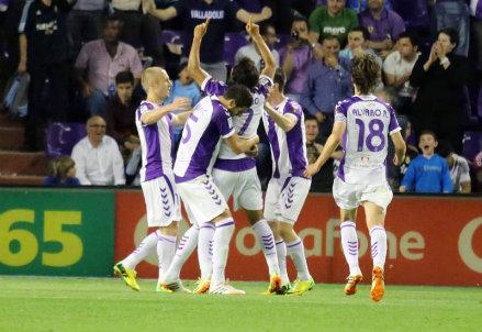 Il Valladolid festeggia il gol di Osorio contro il Real Madrid