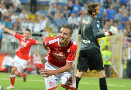 Leonardo Pavoletti (25 anni) ha appena segnato il gol dell'1-0 a Novara
