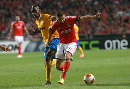Paul Pogba contro Guilherme Siqueira nella partita di andata (Infophoto)