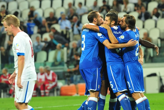 L'Italia festeggia un gol (Infophoto)