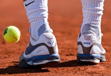 Le scarpe di Rafael Nadal sul rosso di Madrid