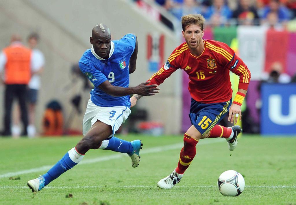 Balotelli e Sergio Ramos durante la partita Italia-Spagna del 10 giugno scorso (Infophoto)