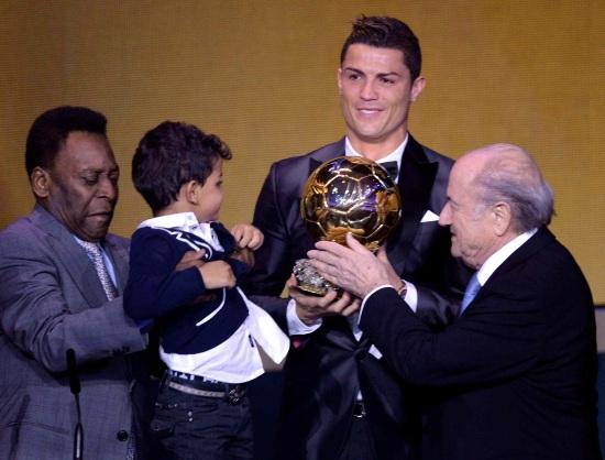 Cristiano Ronaldo con il Pallone d'Oro 2013 (Infophoto)