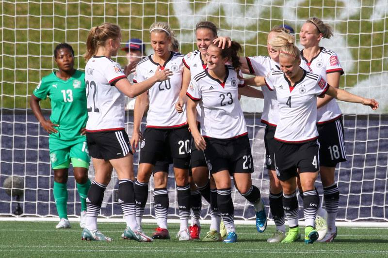 Sara Dabritz e la Germania festeggiano un gol (da facebook.com/sarailonkadaebritz)
