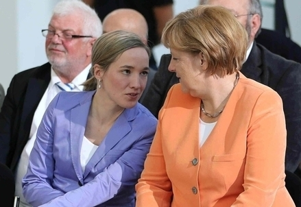 Il ministro per la famiglia tedesco, Kristina Schroeder, insieme ad Angela Merkel (Infophoto)